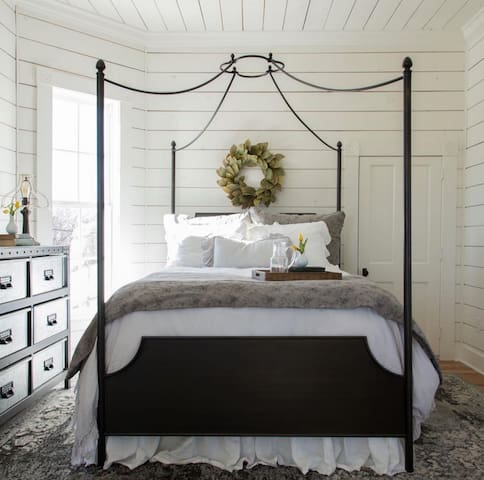 Lavender Room-Centrally located, easy entry, +more