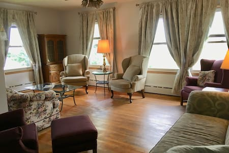 Dahlin House: Clean, bright house at a nice price.