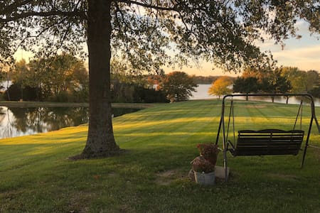 Lake view-country setting- 1 BR sleeps 5