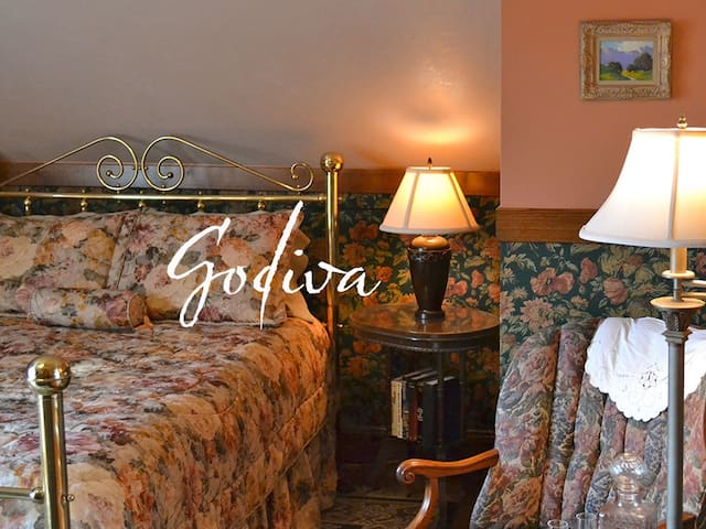 Cocoa Cottage Bed and Breakfast-Godiva Room - Whitehall