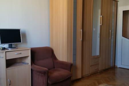 East room in Vazrajdane bl.2 - Burgas - Wohnung