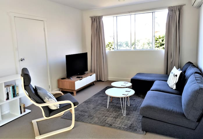 Downstairs at 18 - lovely 2 bed apartment