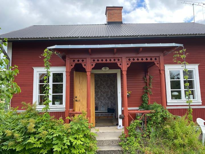 Trevligt lantligt större gästhus på gård Hedesunda
