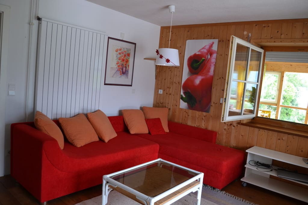 eines der beiden Schlafzimmer, mit 2 Einzelbetten, einer Couch, TV und Schreibtisch im Zimmer
