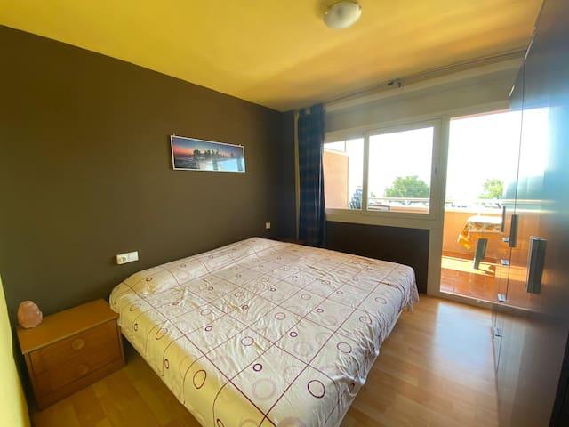 Dormitorio cama doble 2x2, amplio armario, vistas al mar y acceso a terraza