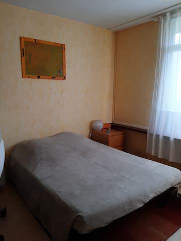 Chambre jaune chez l'habitant