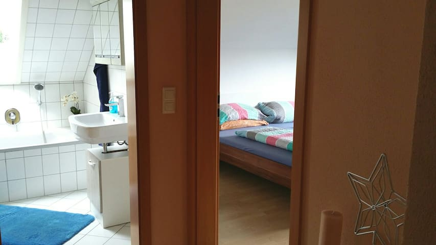Charmantes Doppelzimmer, eigenem Bad, WC, TV, Wifi - Sulzbach am Main - Bed & Breakfast