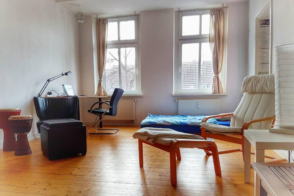 Großer Wohnraum mit Schreibtisch, Sesseln und zwei Betten ---------- Giant living room with desk, comfortable chairs and two beds