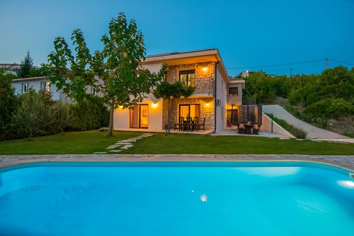 ctim219/ Villa with private pool in Imotski- Makarska, 8 persons, teracce with garden and amazing view over the field