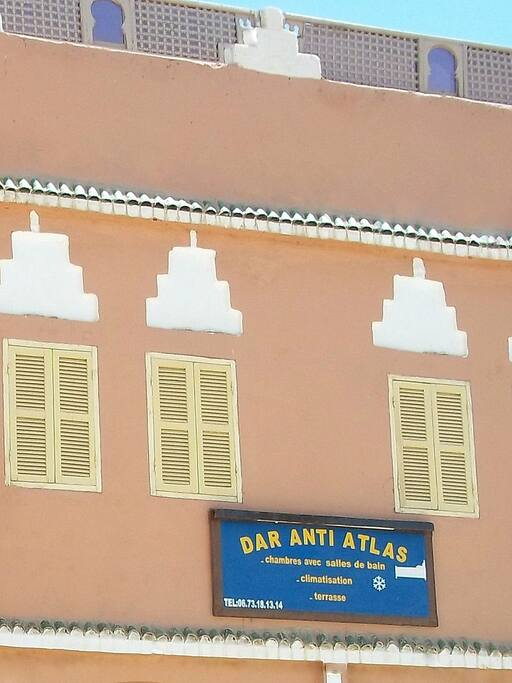 Le Dar Anti Atlas en façade de la place centrale