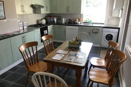 Cosy & spacious Victorian house in quiet street.