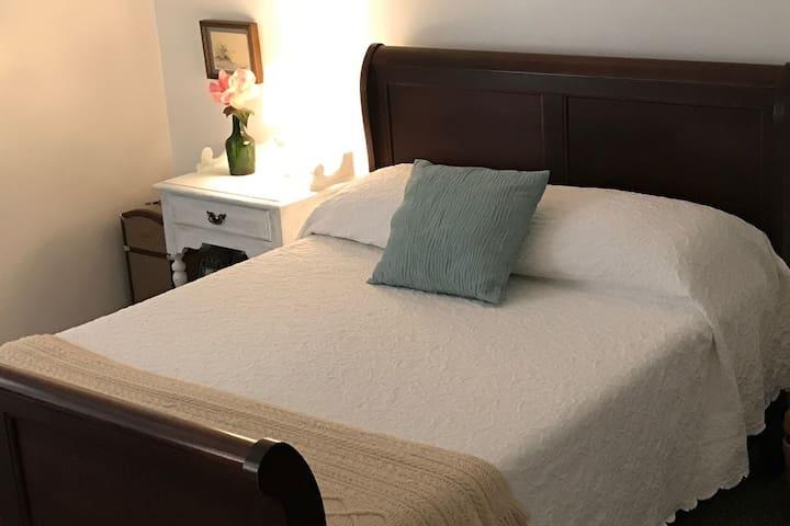 Bedroom #1 Queen Tempurpedic mattress