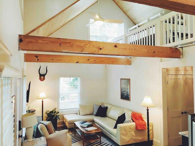 Liz Lane Cottage- entire guesthouse
