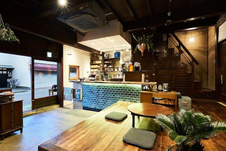 土間のカフェラウンジは、宿泊者と地域の皆様が集える場として開いています。地産地消や旬の食材にこだわったサンドイッチやポタージュを提供しています。夜はシンプルなスタイルのバーになります。