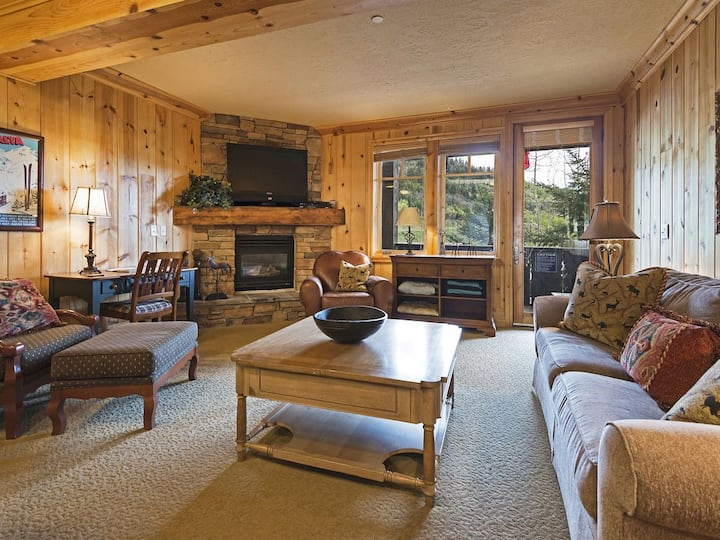 Base of Deer Valley Ski Resort - Cozy Red Stag Lodge - Private Hot-tub!