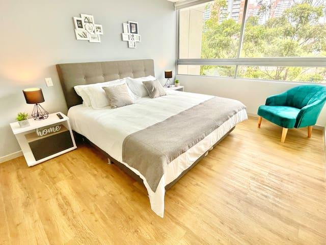 Hermosa y amplia habitación principal con cama King, baño privado, vestidor y TV SMART.