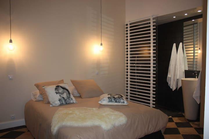 Le lit de 160 avec matelas, couette et oreiller en laine traditionnelle. Fabrication Aveyronnaise.