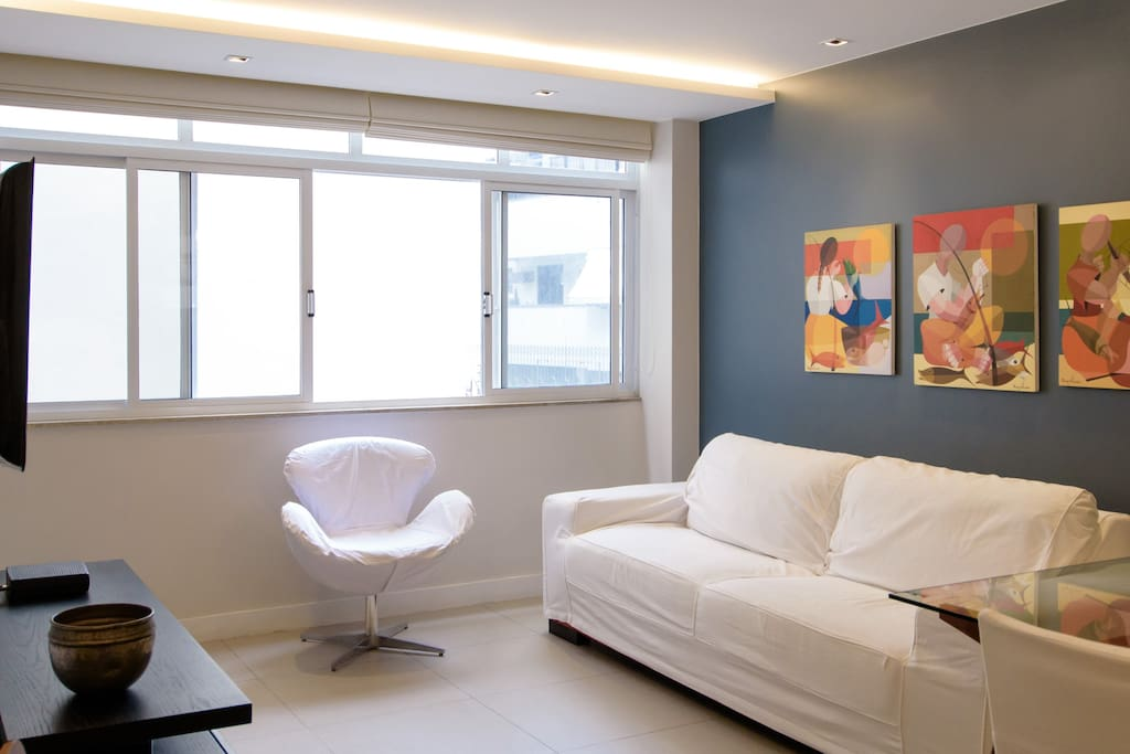 Sala com sofá, poltrona, TV a cabo, internet wi-fi, ar condicionado, mesa de jantar, cozinha americana e lavabo.