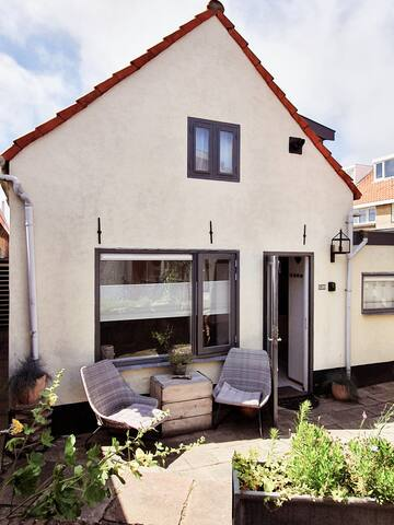 Sunny beach cottage on ****-location!