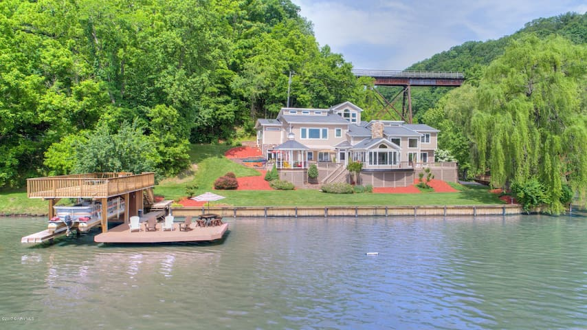 Private Lakefront Getaway. Luxury home on water!