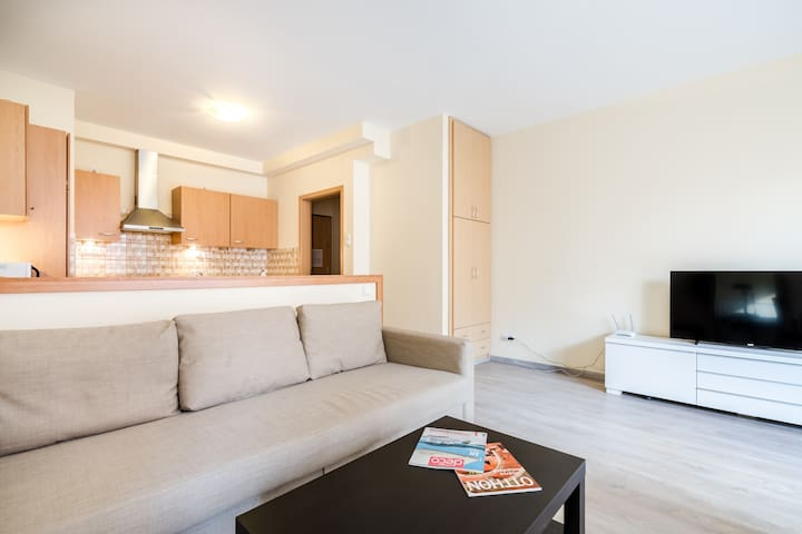 VIVID Downtown Vibe Apartment with balcony