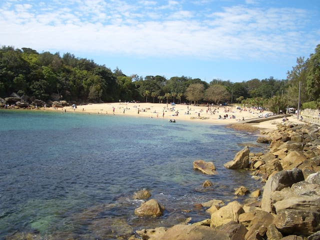 The apartment is located on the end of the beach closest to Shelly Beach, which is a tropical little beach perfect for the last sun of the day and sheltered from winds.