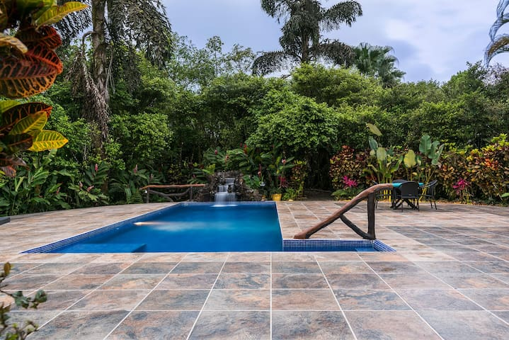 Villa Hermosa: Guesthouses/Pool/Game-room/Gardens