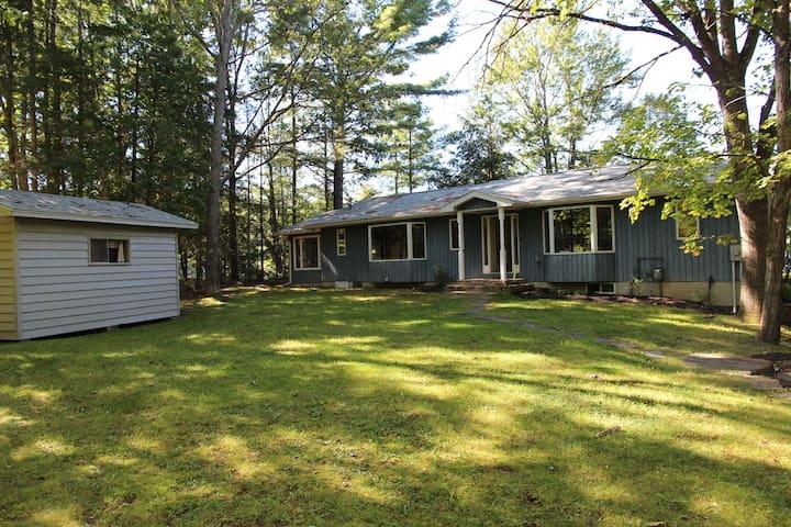 Gorgeous 4-Season Family Cottage on Mary Lake