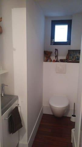 Toilettes privatives au même étage mais non attenantes.