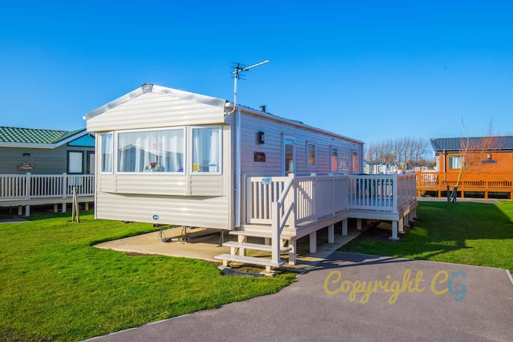 SBL72 - Camber Sands Holiday Park - Large Gated Decking - Sleeps 8 - Private Parking - Close to Facilities