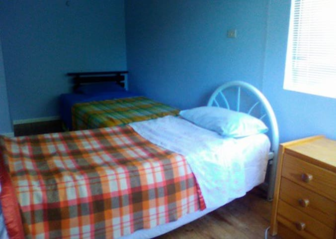 Single room in share house for up to 2 people - O'Connor - Hus