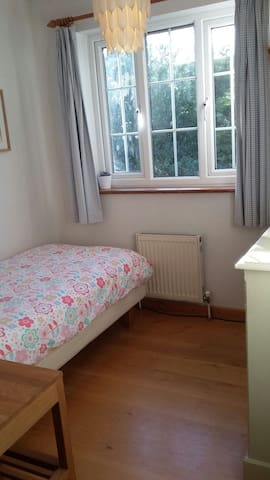 Cosy single room in welcoming home. - Cambridge - Hus