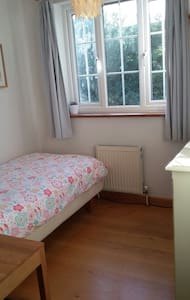 Cosy single room in welcoming home. - Cambridge