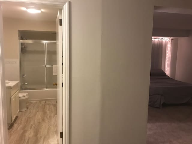 Clean Private Bath Huge Room Close to O'hare Airpo