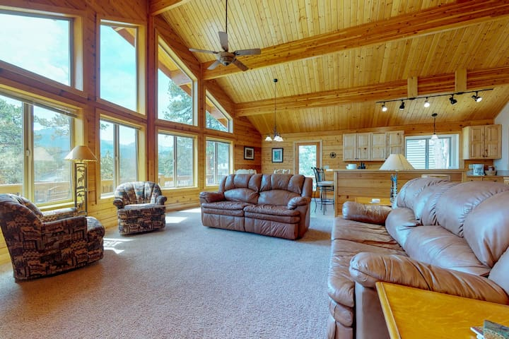 Charming, updated cabin w/full kitchen, gas fireplace & deck