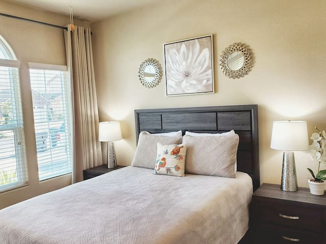 Bright & Spacious Guest-suite + Patio!