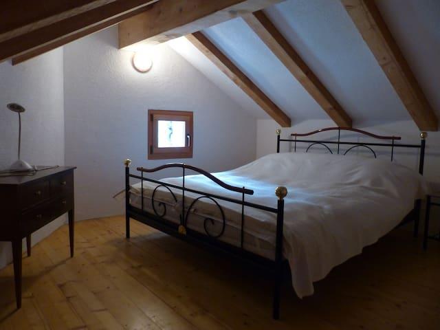 Schlafzimmer 1 mit Doppelbett (2.Stock)