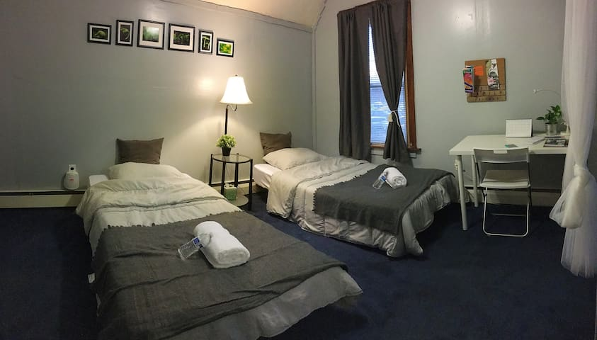 2-4 twin beds,close to bus and Boston,easy parking - Everett - House