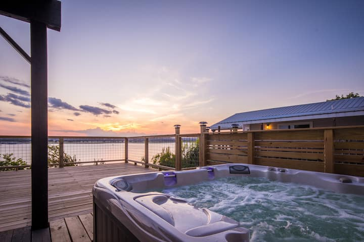 Anchors Away- Canyon Lake waterfront, stunning views and new hot tub!