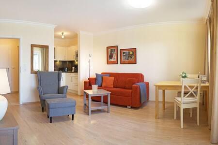 Kurhotel Schatzberger (Bad Füssing), Luxussuite VSI (44qm) im Nebengebäude mit Küchenzeile und Balkon