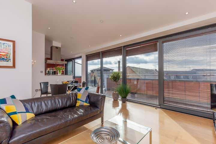 ★Penthouse-Short Walk to City Centre-Parking ★