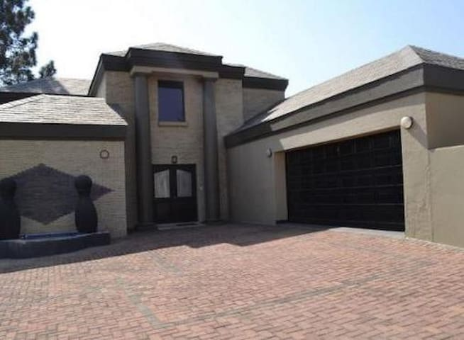 Cedar Lakes Fourways Estate Home - Randburg
