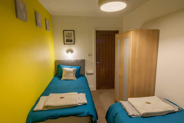 Twin room in York close to centre + uni. Parking