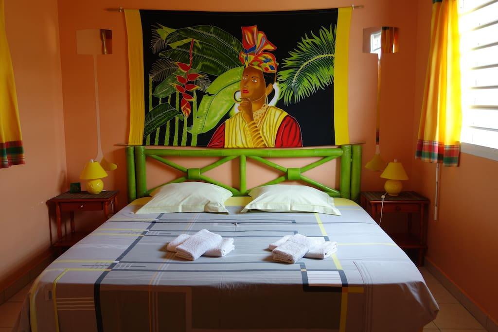 chambre climatisée avec lit queen size