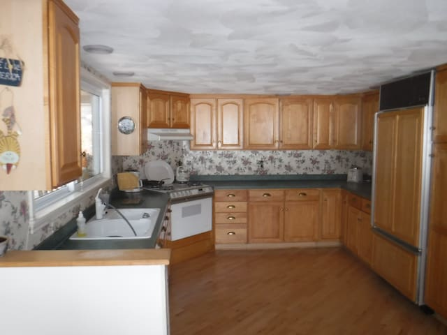 Beautiful kitchen with dishwasher and trash compacter