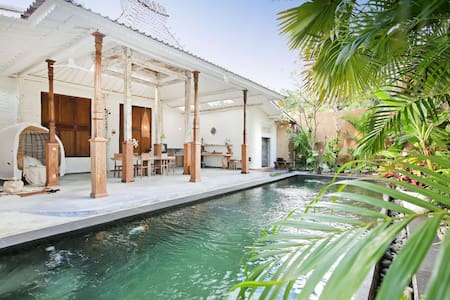Luxe Villa in Tropical Oasis, Ubud. Walk to town.