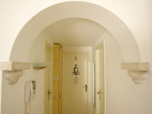 Archetto con capitelli e corridoio