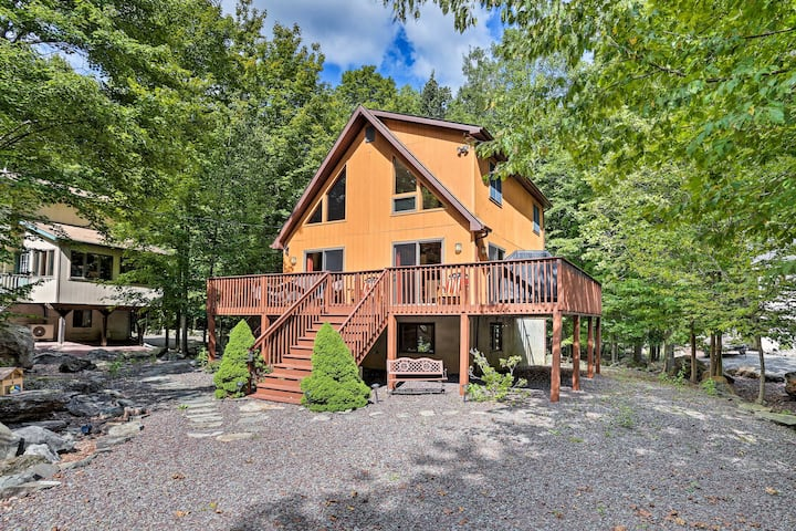 Lake Ariel Cabin w/Deck - Lake, Pool & Ski Access!