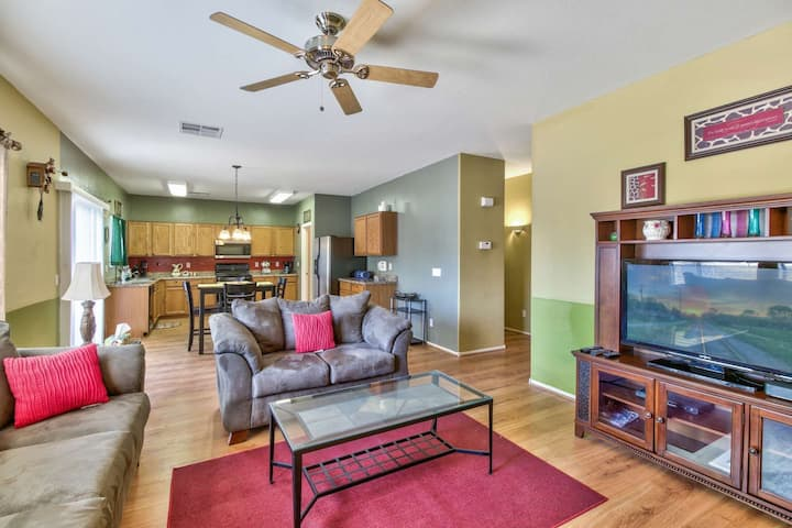 Perfect Getaway! Pet Friendly, Patio, 2 Community Pools, Playground, Sand Volleyball/Basketball/Golf