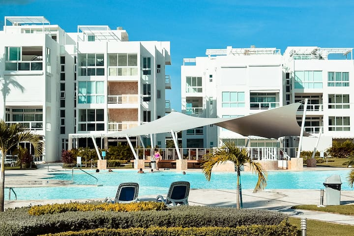Beach front Resort condo private Jacuzzi and pool